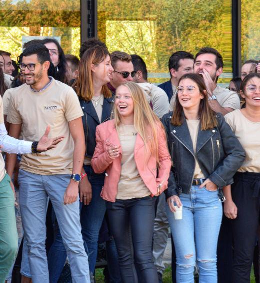 groupe d'étudiants joyeux Isemaéchange étudiants et professeur Isema