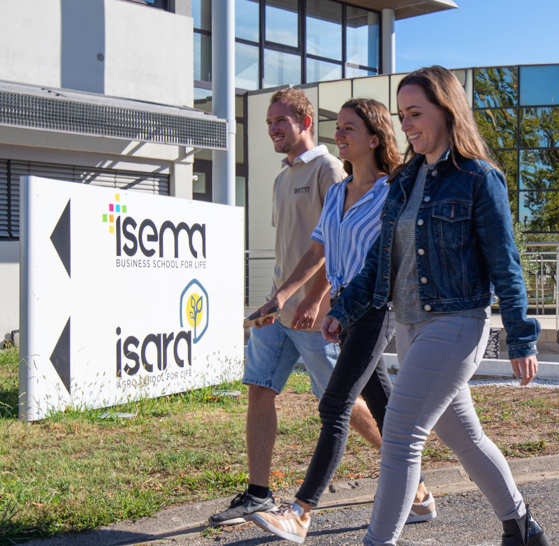 étudiants arrivant à l'Isema